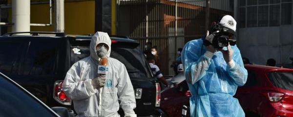 Jornalistas de Honduras com equipamentos de proteção / Foto: Orlando Sierra - AFP