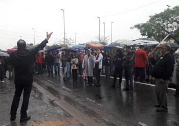 Manifestantes em ocupam a Marginal Tietê em frente ao prédio da editora. Foto: Flaviana Serafim/SJSP