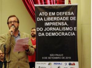 Paulo Zocchi, em nome do Sindicato dos Jornalistas e da Fenaj, fala no Ato em Defesa da Liberdade de Imprensa, do Jornalismo e da Democracia